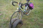 Estante hecho de viejos neumáticos de la bicicleta