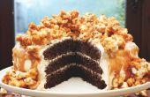 Triple capa de pastel de Chocolate con crema de caramelo salado y palomitas de maíz