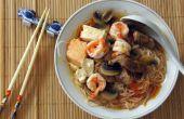 Sopa de tomate estilo asiático con fideos de arroz