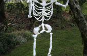 Esqueleto de Halloween hecho de bolsas de plástico.