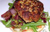 Hamburguesas de carne de cerdo y ternera con cebolla roja balsámico y salsa de alcaparra.