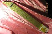 Lapful de chatarra-una guitarra de acero del regazo hecha de materiales reciclados