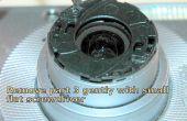 Quitar las piezas que cubren el lente de la cámara digital Canon IXUS