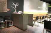Estación de Hostess para restaurante de zona verde de concreto