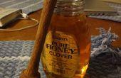 Mirlo acuático en un torno de madera la miel