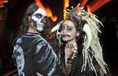 Vudú sacerdotisa y esqueleto bailando