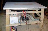Una mesa de trabajo de altura con ángulo de piernas y articulaciones simples