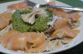 Pasta al pesto de aguacate con salmón ahumado
