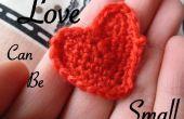 El amor puede ser pequeño: mostrar su amor en un corazón de ganchillo pequeño.