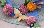 Un centro de mesa de verano con flores de seda