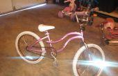 Inspección de la bicicleta de los cabritos