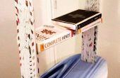 Periódico en el estante de libro