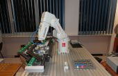 Brazo robótico con el transportador, capaces de trabajos de montaje de piezas en curso