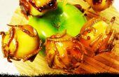 Trick or Treat bocados de manzana caramelizada con panceta confitada y gusanos de la harina