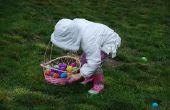 Resplandor en la caza del huevo de Pascua oscuro con cáscaras de huevo Real