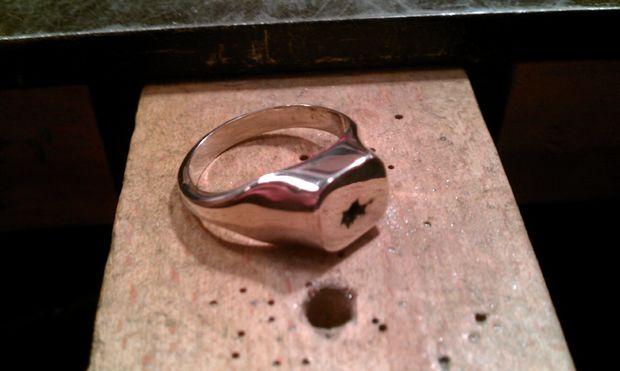 07f192fb5e2e en este Instructable le guiará por el proceso de crear su propio anillo de  signet. Hice mis propio del cobre de plata esterlina