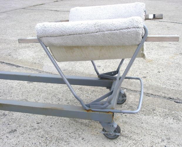 Hacer barco cuna dollys de retazos de alfombra, sillas del Metal, o ...