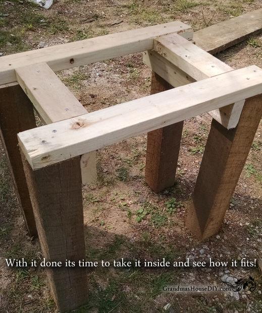 Cómo construir una base de fregadero de cocina de madera de granero ...