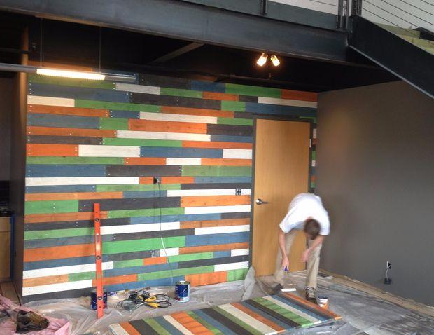 Pared colorida plataforma de madera y puertas corredizas de granero ...