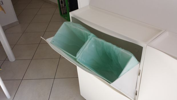Cubo de basura con el ikea zapatero trones for Cubos de reciclaje ikea