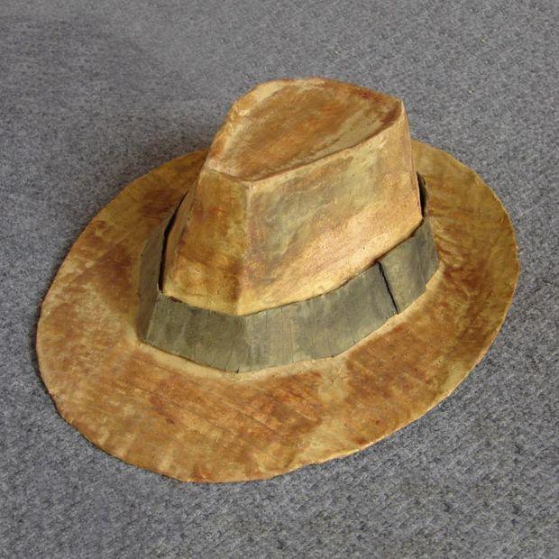 ec11eaff95bdf Cómo hacer un sombrero de fieltro (Indiana Jones) - askix.com