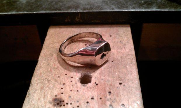 2744475a7656 Cómo hacer un anillo de sello plata - askix.com