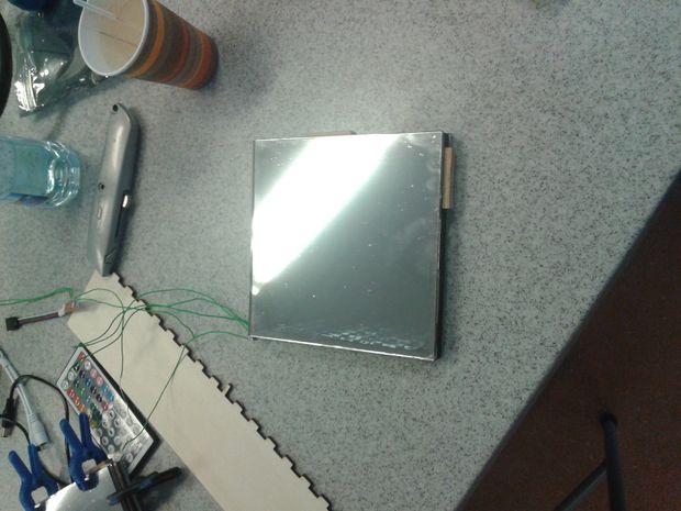 C mo hacer una caja de espejo infinito paso 4 montaje for Espejo que se abre