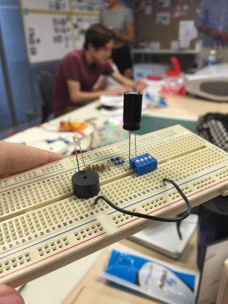 Circuito Zumbador Piezoelectrico : Zumbador y led en protoboard askix