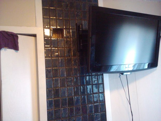 Ocultar cables de su televisor en la pared - askix.com