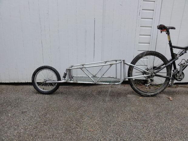 Acoplado de la bicicleta de una sola rueda con suspensión. - askix.com