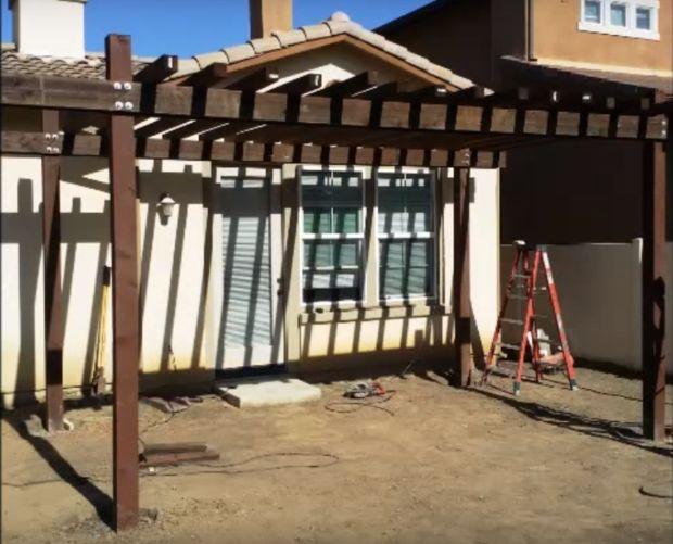 Cómo construir una pérgola sencilla patio / ¿Paso 5: Colocar las ...