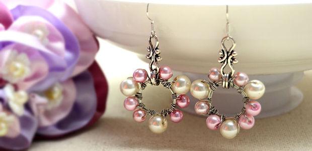 04351f96a3c7 Guía fácil de seguir sobre cómo hacer aretes de envoltura de alambre con  perlas alrededor de